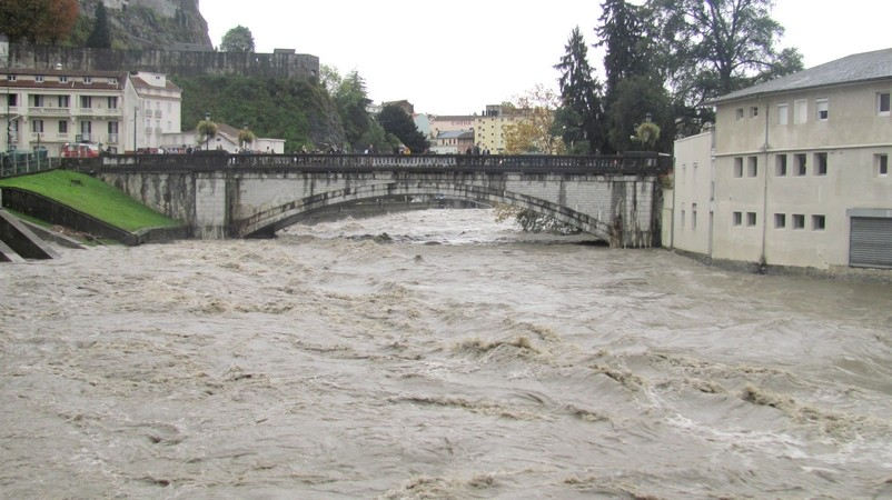Lourdes. Après avoir submergé les bas quartiers de la ville en matinée, le Gave de Pau a regagné son lit en début d'après-midi. © C-PRIM 2012