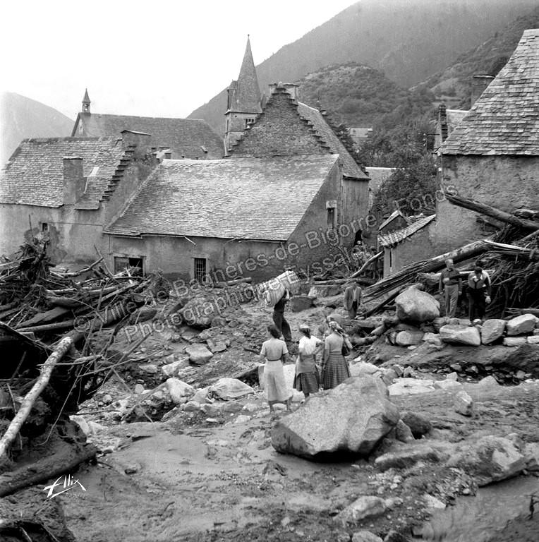 Une lave de boue, de pierres et d'arbres de plusieurs mètres de hauteur a traversé le village.© Fonds photographique Eyssalet Alix