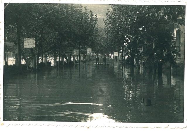 27 octobre 1937. Les bas quartiers de Lourdes sont sous les eaux. Plusieurs hôtels sont inondés sur l'avenue Peyramale. © M.CREPIN