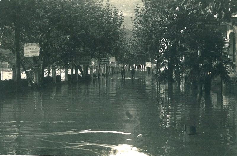 Les bas quartiers de Lourdes sont sous les eaux. Plusieurs hôtels sont inondés sur l'avenue Peyramale. © M.CREPIN