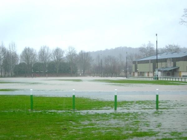 Débordement de la Baïse sur le stade de Lasseube. Quelques heures plus tard, il était totalement submergé. © C-PRIM 2009