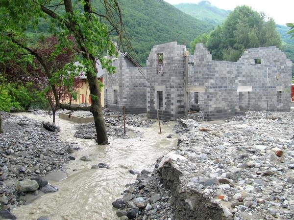 Le torrent de l'Yse a occasionné également occasionné des dégâts importants dans la traversée de Luz-Saint-Sauveur. © C-PRIM 2013