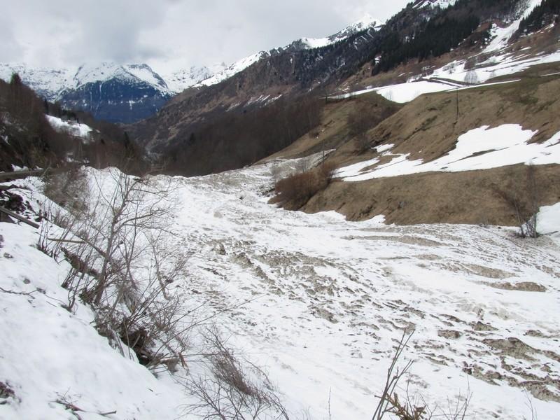 """Enormes avalanches en amont de Barèges. Le lit du bastan est devenu un petit """"glacier"""". Photo prise quelques semaines après. © C-PRIM 2013"""