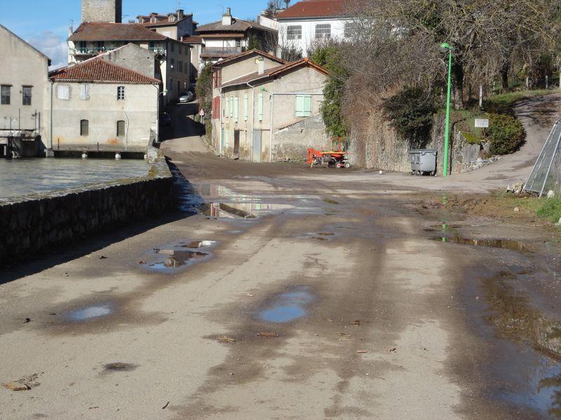 L'eau du Salat avait investi la route à Saint-Lizier. © DDT 09