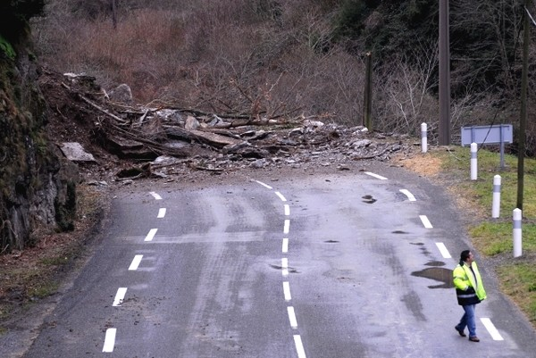 Route nationale coupée entre Cette-Eygun et Etsaut. Photo prise en direction d'Etsaut © Gilles Daid