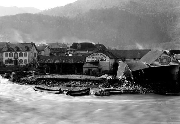 Photo prise après la crue dévastatrice du gave. Dans les bas quartiers de Saint-Pé-de-Bigorre, plusieurs maisons ont été inondées, un hangar s'est effondré et un dépôt de bois a été emporté. © SARL TEDELEC