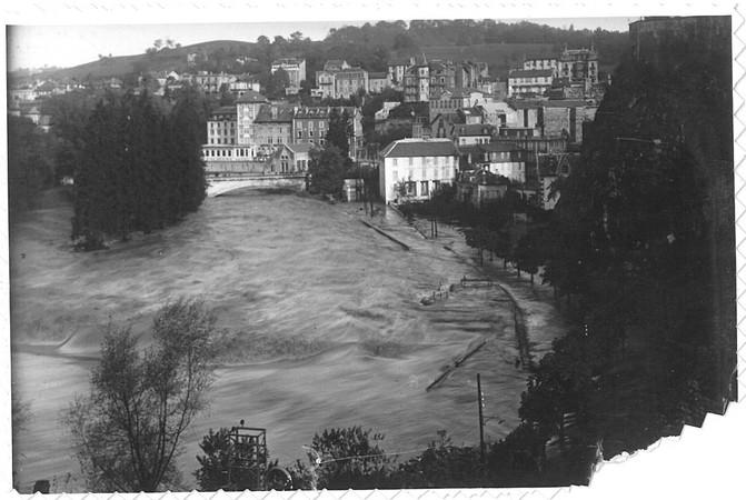 27 octobre 1937. Le quai Saint-Jean à Lourdes est submergé par les eaux tumultueuses du Gave de Pau. © M.CREPIN