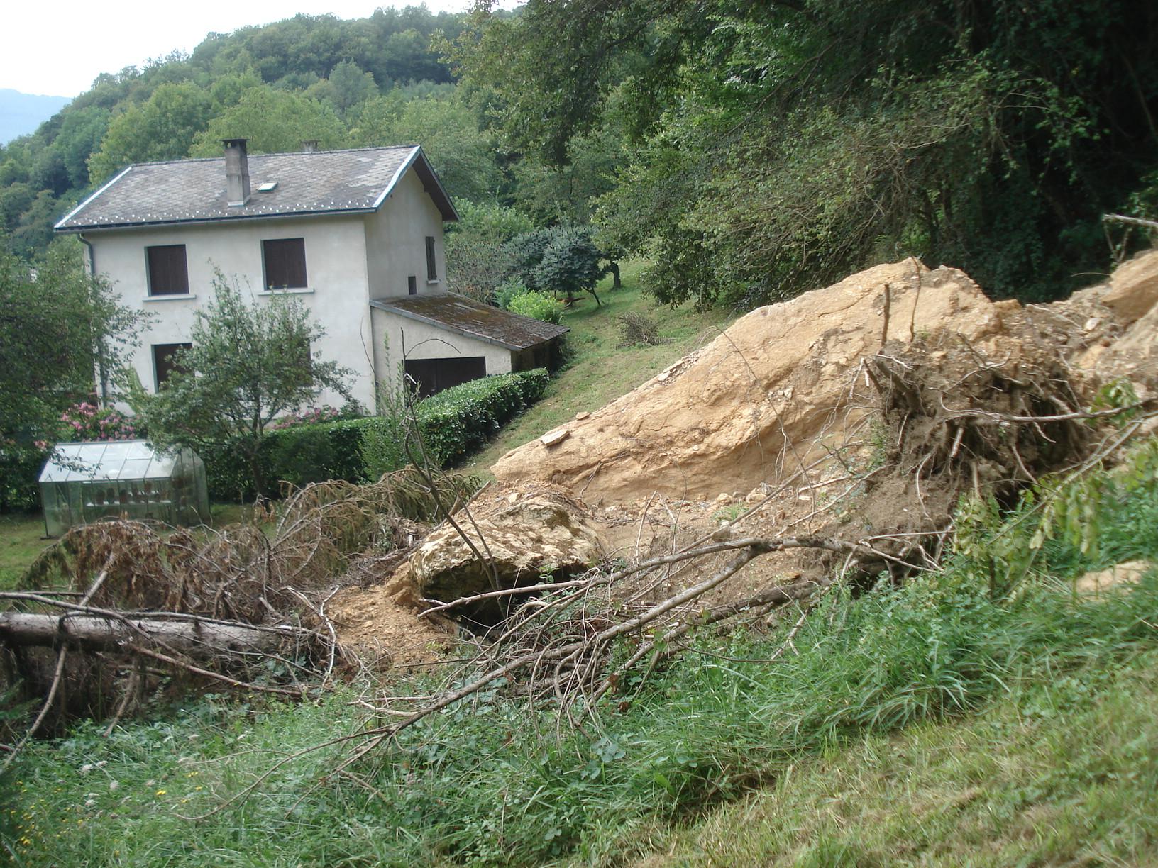 Chute de blocs près d'une habitation de Balaguères. © DDT 09