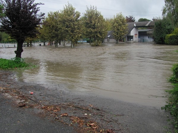 Lestelle-Bétharam. Le stade, le camping, ses chalets et la salle des fêtes sont inondés.© C-PRIM 2012