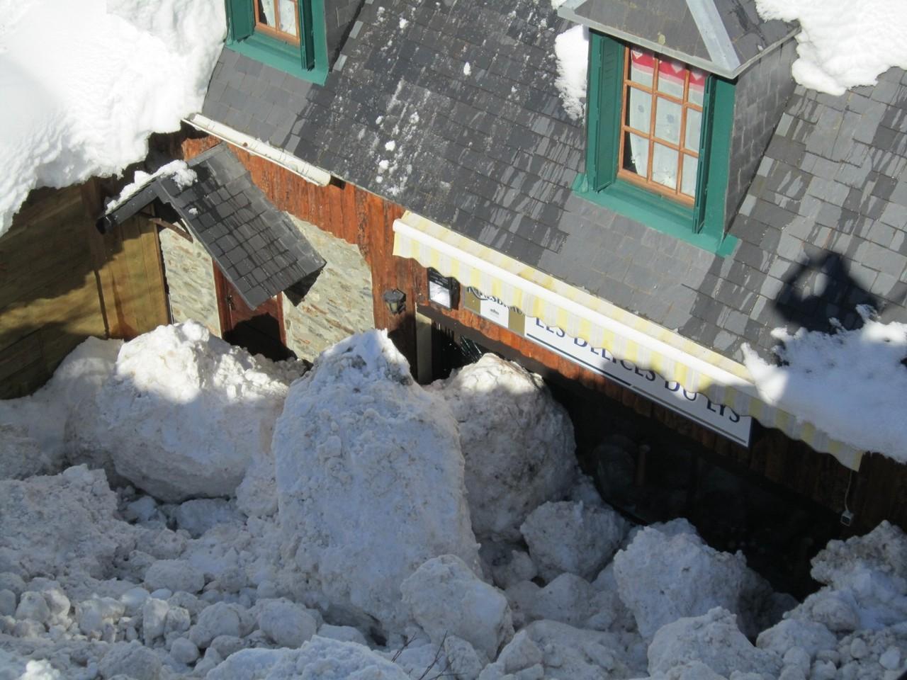 La coulée est constituée de gros blocs de neige © Mairie de Luchon