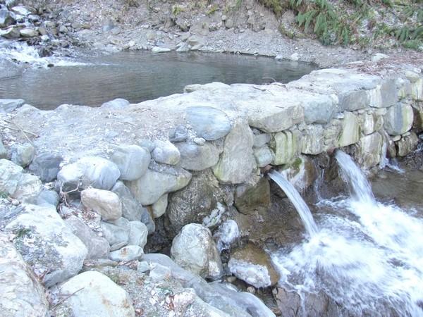 """Torrent de l'Yse à Luz (65). Seuil qui permet de limiter l'affouillement des berges, de stabiliser le profil en long du torrent et de """"casser""""  l'énergie des crues torrentielles. © C-PRIM"""