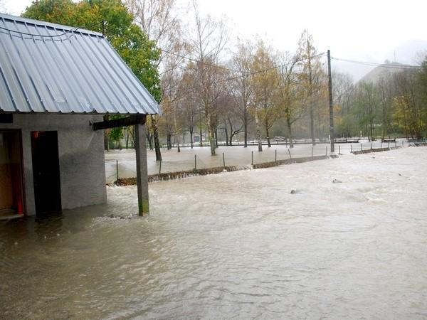 Débordement du Gave d'Aspe à Bedous. Le terrain de rugby est sous l'eau. © Eric Corno