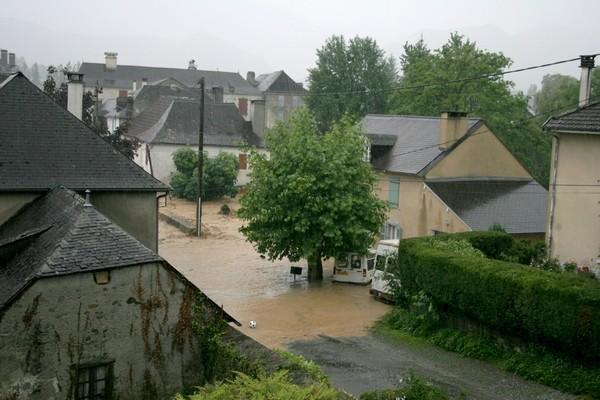 Il est presque 19 heures, le ruisseau de l'Arrec commence à déboder dans le bas du village de Bruges © Association Bien Vivre à Bruges