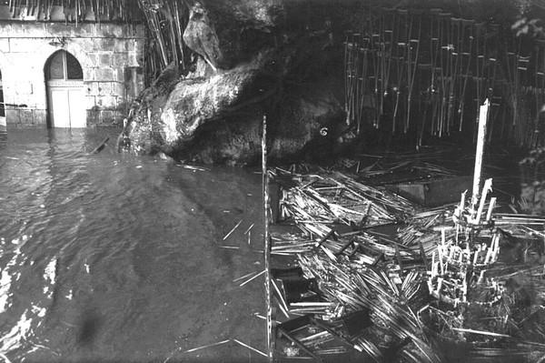 Le gave s'est invité dans les parties basses du Sanctuaire. La grotte Massabielle est sous les eaux.  © M.CREPIN