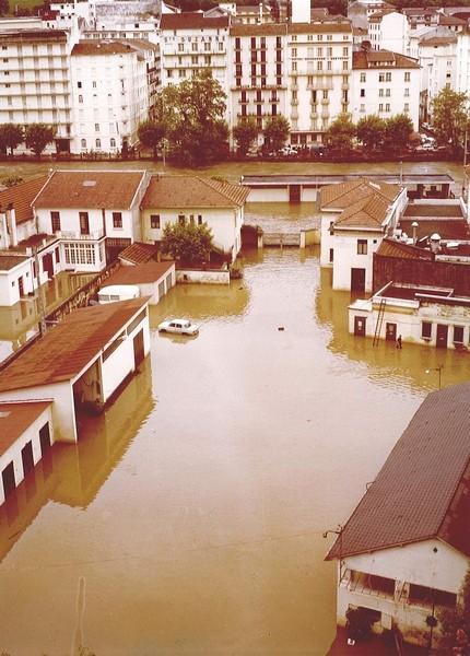 1er Juin 1979. Les bas quartiers de Lourdes sont sous les eaux. Le gave s'étale dans tout le quartier de l'avenue du paradis et menace également de l'autre côté les hôtels de l'avenue Peyramale. © F. DUPLAN