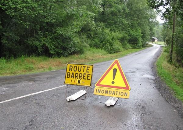 Route barrée entre Lasseube et Oloron. Quelques centaines de mètres plus loin, le ruisseau a submergé le pont. © c-prim 2011