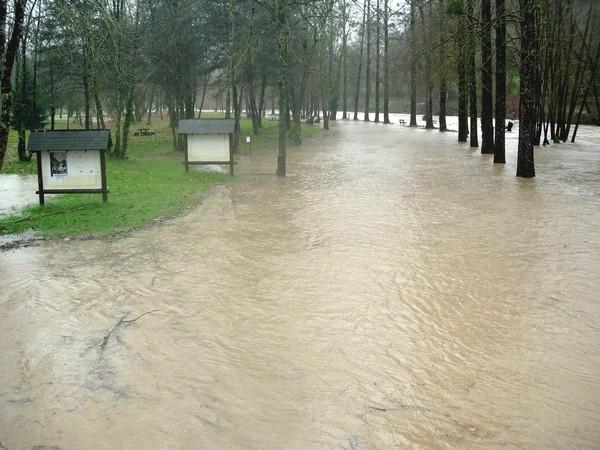 Débordement du Vert sur le parcours santé d'Oloron. Photo prise lors de la montée des eaux. © C-PRIM 2009