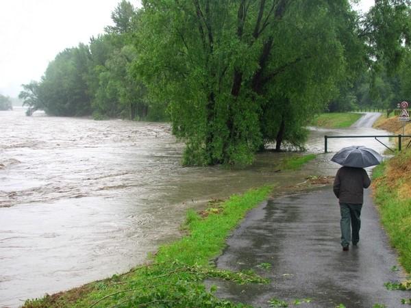 Le Gave de Pau coupe la route en amont du stade d'Argelès-Gazost. Quelques heures plus tard, tout le quartier va se retrouver inondé. © C-PRIM 2013