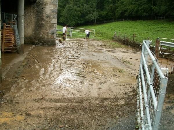 Opération nettoyage après le passage du torrent d'eau et de boue. © Joel Dufour (Service de Restauration des Terrains en Montagne)