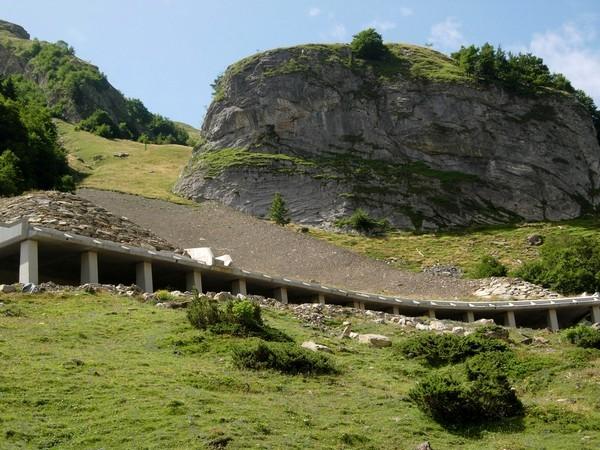 Galerie paravalanche de l'Ouradé sur la route du col du Pourtalet. Vue avale de l'ouvrage © C-PRIM 2010
