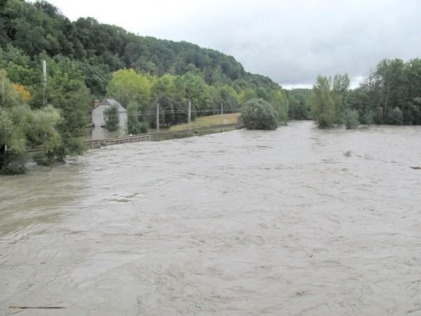 Coarraze. La voie ferrée est menacée par la montée des eaux du gave. Le trafic ferroviaire a dû être interrompu.© C-PRIM 2012