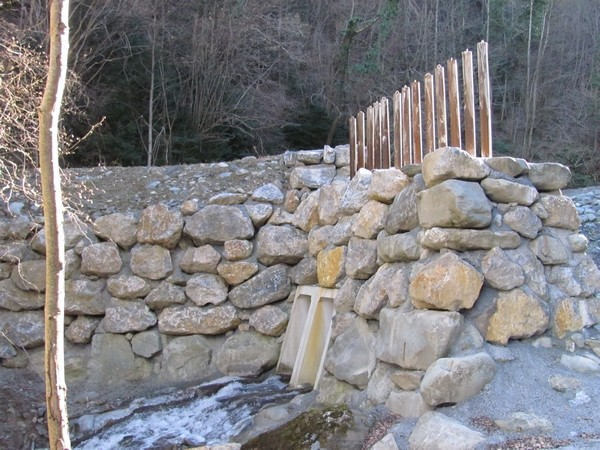 Torrent de l'Yse à Luz (65). Barrage filtrant ne laissant passer que l'eau lors d'une crue. © C-PRIM