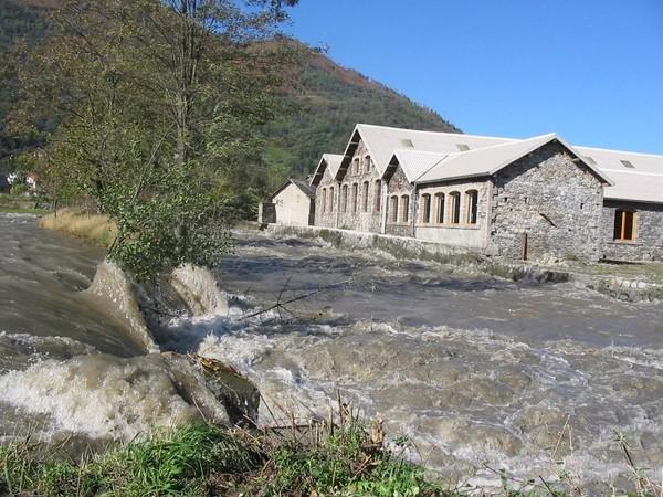 29 octobre 2005. Le Gave de Cauterets connaît également une forte crue et déborde en rive droite à la sortie de Soulom. En rive gauche, la digue de protection a joué son rôle. © F. DUPLAN