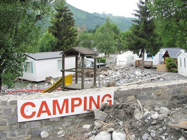 Le camping du Bastan est traversé et ravagé par le torrent éponyme qui coule en temps normal à proximité.© C-PRIM 2013