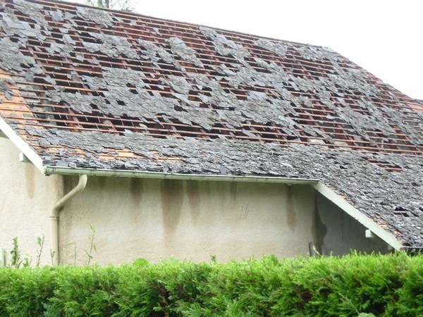 Des toitures endommagées voire détruites à Ogeu. © C-PRIM 2009
