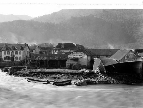 27 octobre 1937. Photo prise après la crue dévastatrice du gave. Dans les bas quartiers de Saint-Pé-de-Bigorre, plusieurs maisons ont été inondées, un hangar s'est effondré et un dépôt de bois a été emporté.  © SARL TEDELEC