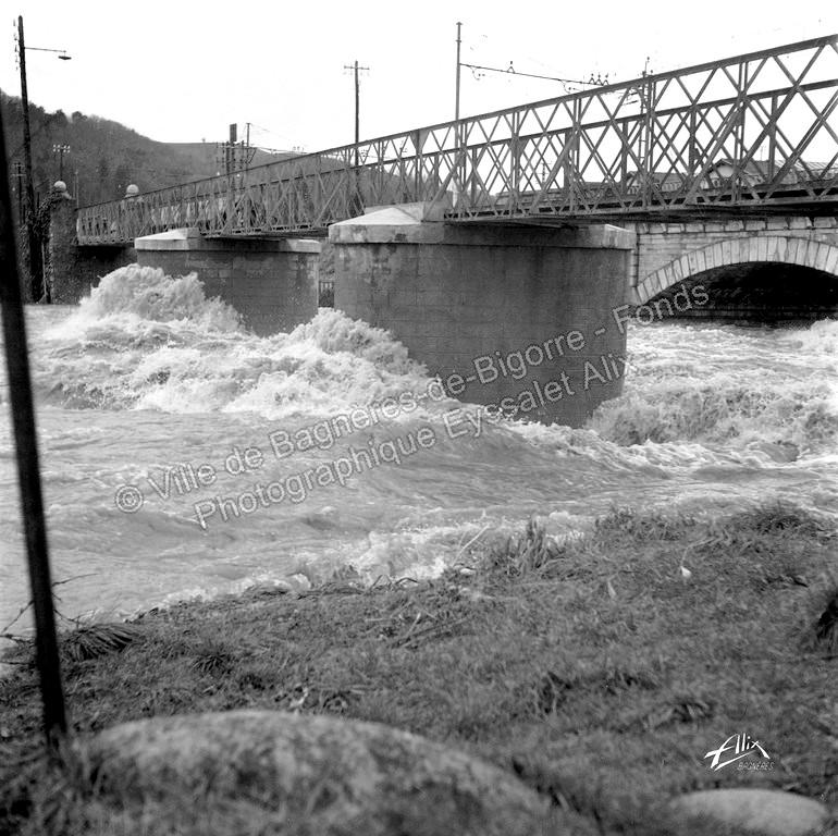 L' Adour en crue sous le pont du chemin de fer à Bagnères-de-Bigorre. © Fonds photographique Eyssalet Alix