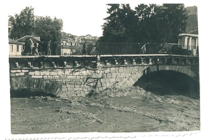 27 octobre 1937. Photo prise à l'amont du Pont Vieux de Lourdes. Le gave, en décrue, passe encore difficilement sous les arches. Au maximum, l'eau atteignait le tablier du pont.  © M.CREPIN