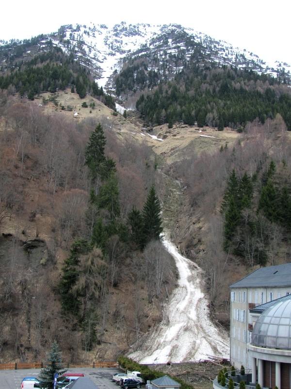 Le 10 février, une avalanche dévale en pleine nuit jusqu'au coeur du village de Barèges. Des voitures sont ensevelies. Photo prise quelques semaines après. © C-PRIM 2013  .