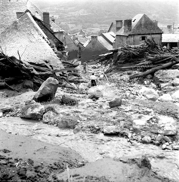 Une lave de boue, de pierres et d'arbres de plusieurs mètres de hauteur a traversé le village. © Fonds photographique Eyssalet Alix
