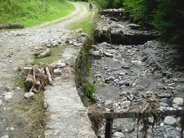Torrent de la Sourde aux Eaux-Bonnes (64). Seuils-peignes dans le lit du torrent. Photo prise après la crue d'Août 2009. © C-PRIM 2009