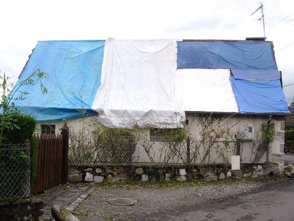 De très nombreuses maisons bâchées à Ogeu. © C-PRIM 2009
