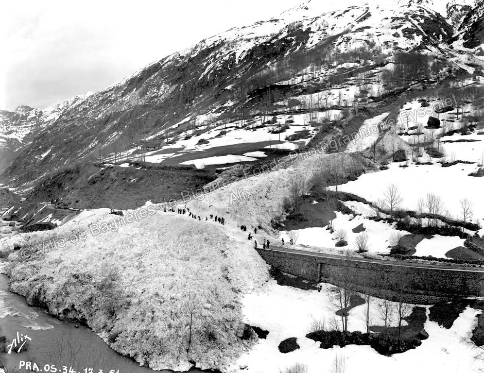 L'énorme coulée est descendue jusqu'au gave de Gavarnie. La route d'accès au village est ensevelie sous plusieurs mètres de neige. © Fonds photographique Eyssalet Alix