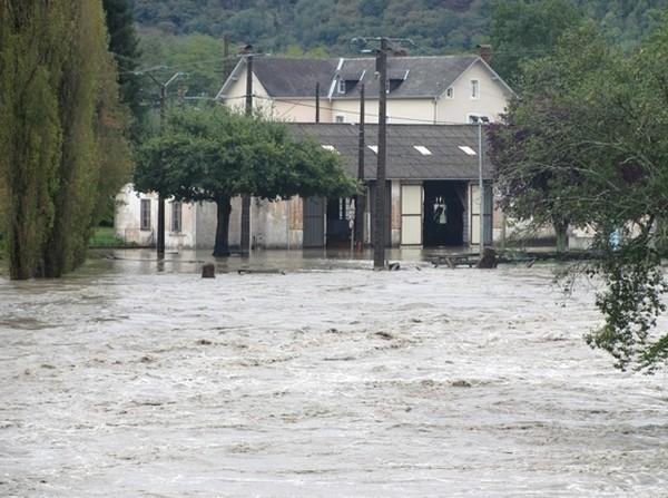 Saint-Pé-de-Bigorre. Le Gave de Pau prend ses aises dans le bas du village. © C-PRIM 2012