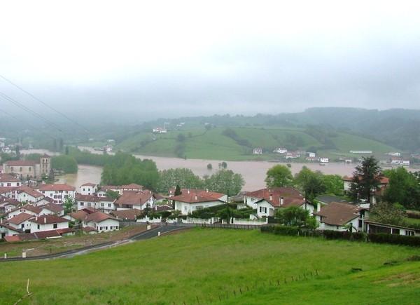 Vue plongeante de Saint-Pée-sur-Nivelle et de la vallée sous les eaux.  Le cours d'eau a repris ses droits sur son lit majeur. © C-PRIM 2011