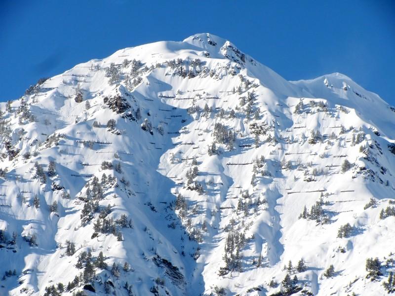 La montagne du capet et ses rateliers sont ensevelis sous une épaisse couche de neige, dépassant par endroit 5 mètres.© C-PRIM 2013