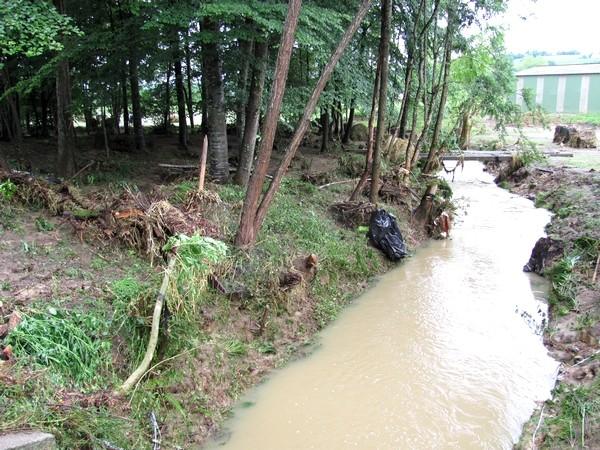 Dans la commune d'Estialescq, le ruisseau de l'Auronce a débordé violemment. © c-prim 2011