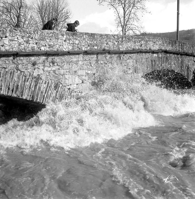 L' Adour en crue sous le vieux pont de Gerde. © Fonds photographique Eyssalet Alix