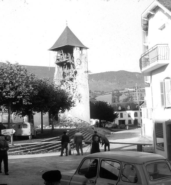 Clocher de l'église très endommagé par le séisme. Menaçant de s'éffondrer, la décision sera prise de le démolir. Il sera reconstruit ensuite. © Archives mairie d'Arette