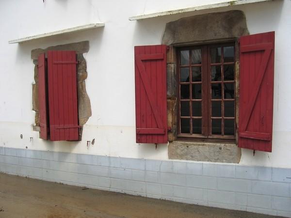 Traces de la crue sur une façade du bourg de Saint-Pée-sur-Nivelle  © C-PRIM 2011