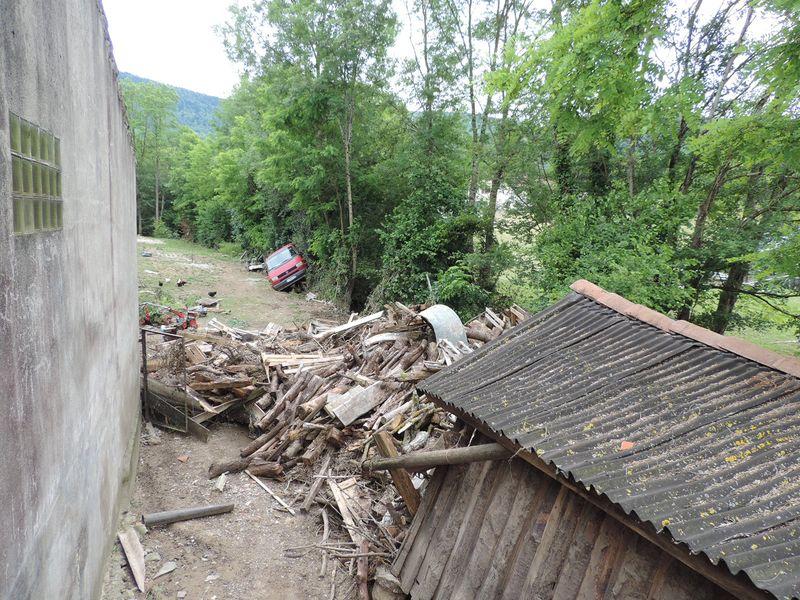 Une réserve de bois et un cabanon, des enjeux très vulnérables face aux inondations. © DDT 09