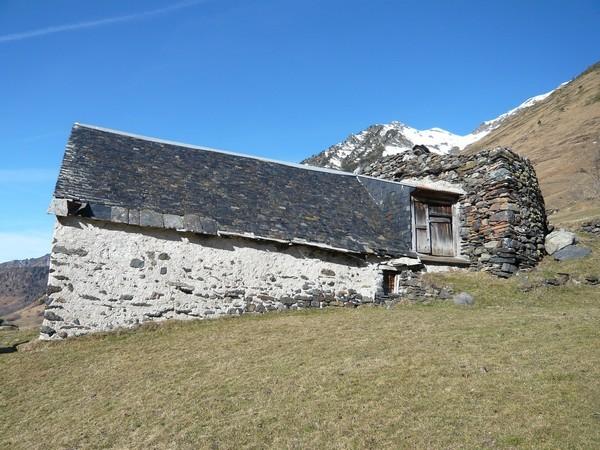 Granges de Piets Derats au-dessus de Barèges. Le fort est constitué d'un mur épais. © C-PRIM