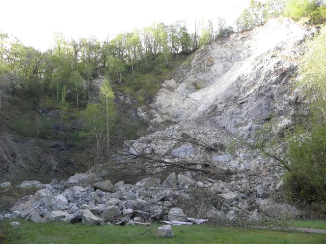 Énorme décrochement d'un affleurement rocheux le 10 avril à Prat-Bonrepaux. ©DDT 09