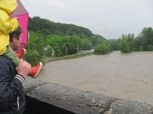Forte montée du Gave de Pau à Coarraze. Les badauds se pressent sur le pont. © C-PRIM 2013