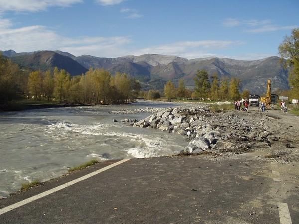 29 octobre 2005. En amont du lac des Gaves, la route départementale 913 est emportée par la puissance du gave.  © F. DUPLAN