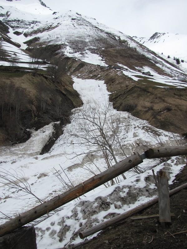 Enormes avalanches en amont de Barèges. Le souffle a brisé la rambarde de la route du Tourmalet. Photo prise quelques semaines après. © C-PRIM 2013